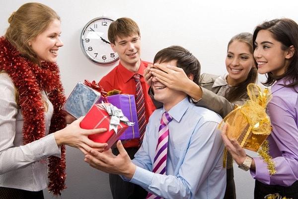 сотрудники дарят подарки