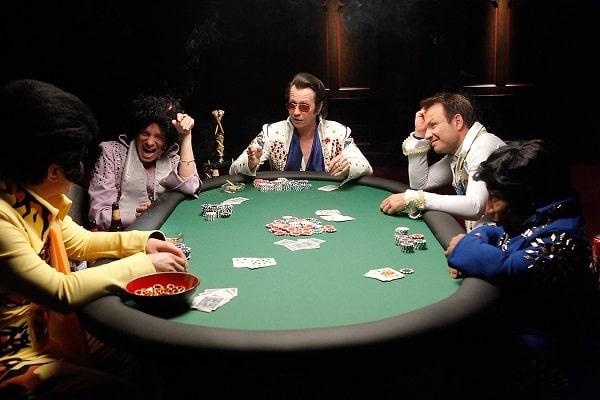 играют в покер