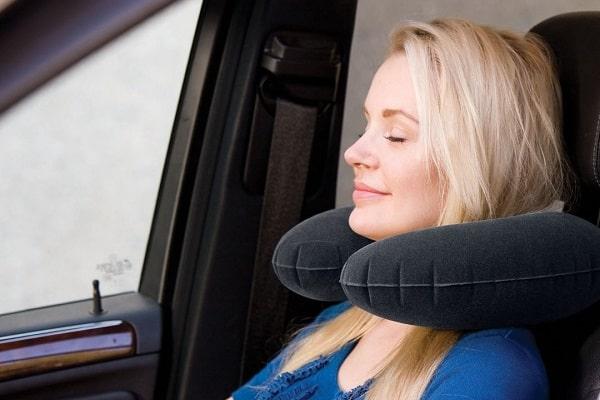 подушка-антистресс под головой во время движения авто