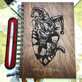 Блокнот в деревянной обложке «Клоун Шут» + ручка, вид 4 Минск +375447651009