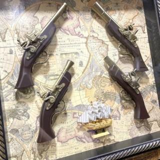 Картина с сувенирным оружием на карте мира «Оружие и парусник» купить в Минске +375447651009