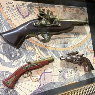 Сувенирное оружие в рамке «ТРИО» на карте мира купить в Минске +375447651009