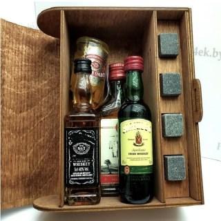 Подарочная коробка для бутылки «С днем защитника отечества!» с камнями для виски Минск +375447651009