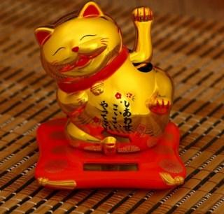 Сувенир на солнечной батарее «Кот счастья с улыбкой» золотистый купить в Минске +375447651009