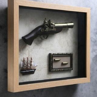 Сувенирное оружие в рамке «Пистолет,пули,парусник» на карте мира купить в Минске +375447651009