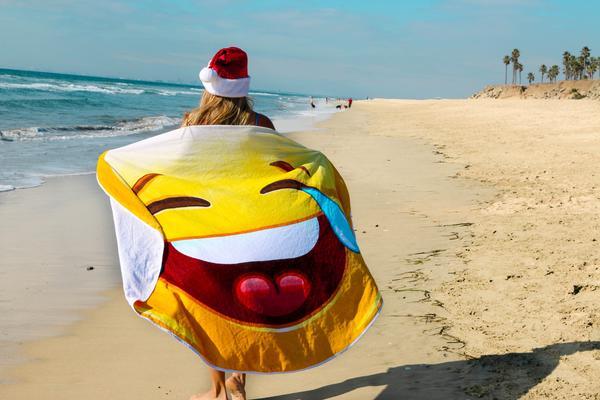 женщина несет пляжное полотенце